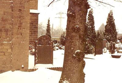 De grafsteen naast de kerk van Baerl in 1972. De steen is later verplaatst naar de hal van de kerk.