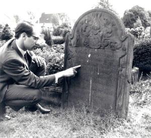 De auteur bij zijn eerste bezoek aan de grafsteen in Baerl, 1969.