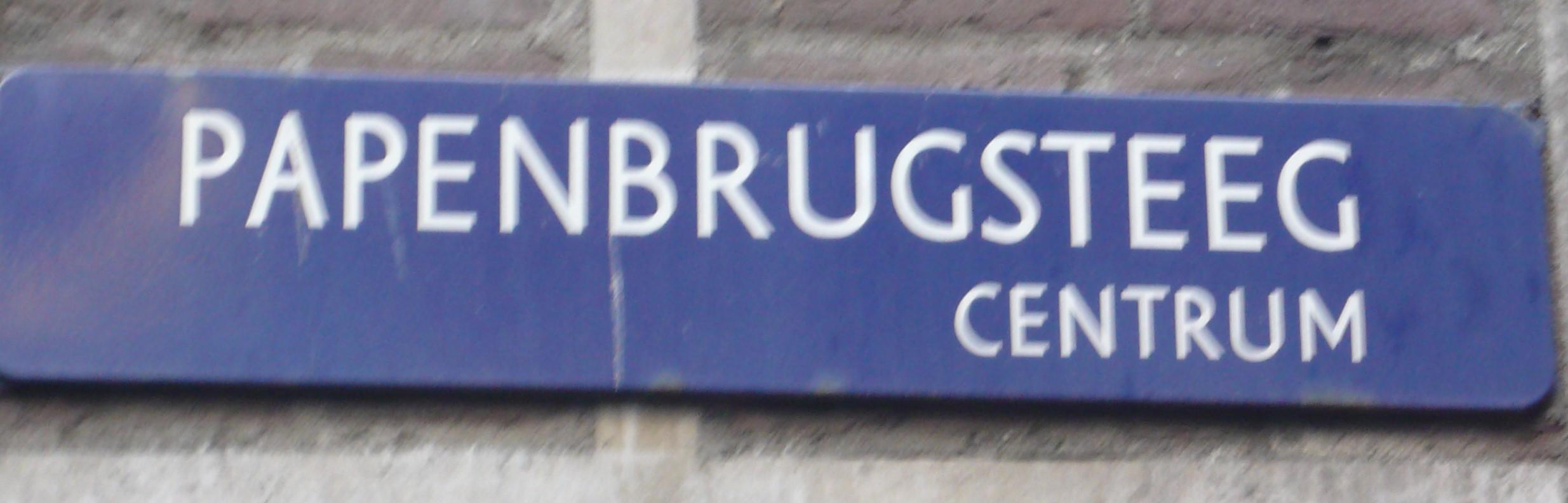Straatnaambord aan de achtergevel van de Beijenkorf in Amsterdam.