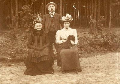 Frits, Julia en dochter Tilly op een foto die op 27 september 1899 als ansichtkaart is verzonden aan Tilly's broer Victor in Terheijden bij Breda. Het is in die jaren niet ongebruikelijk een familiefoto als ansichtkaart te gebruiken.