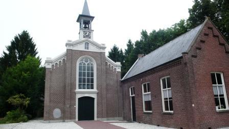 Het protestantse kerkje met schoolhuis in Helenaveen, de eerste standplaats van dominee Abbing.