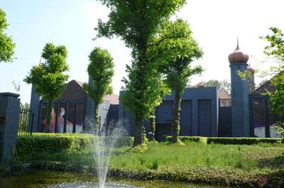 Voormalig klooster van de Lazaristen in Wernhoutsburg, in 2008 een partycentrum.