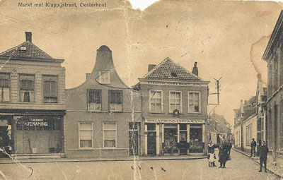De Markt vóór 1920. In 1921 is de sigarenwinkel verbouwd. Links de manufacturenwinkel van J.C. Raming v/h C.Bloemen. Dit pand heeft tot de eeuwwisseling ook een trapgevel.