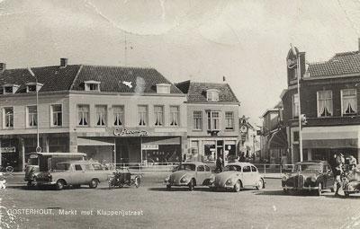 De Markt in de jaren '60. De laatste trapgevel is ook gesloopt en opgenomen in de nieuwbouw van de manufactorenzaak die nu de naam C.Bloemen N.V. draagt. Aan de pui van de sigarenzaak zijn reclameborden zichtbaar van de merken Willem II en Hofnar.