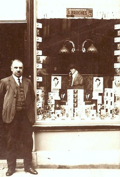 Poliet Neomagus voor de winkel. In de etalage reclame voor Virginiasigaretten en het merk Miss Blanche. Ongedateerde foto uit de jaren '30.