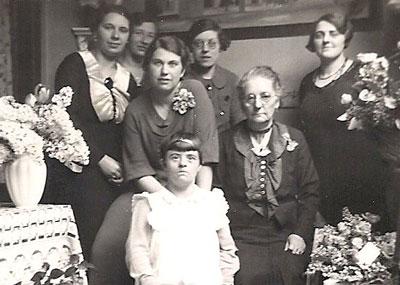 Zeven dames Neomagus, voorjaar 1936 of 1937. Van links naar rechts Julia, Jeanne Neomagus - de Jong, Bernardine Neomagus - van Riel met Liesje, Annie Neomagus - Vlamings, Anna Neomagus - Weijermans en Jo Neomagus - Goossens.