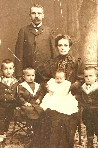 Het gezin in 1907, kort na de geboorte van Victor. Verder staan op de foto van links naar rechts Leo (1902), Ignaat (1905) en Frits (1903), en uiteraard de ouders Poliet en Anna.