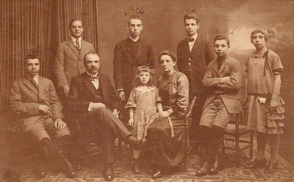 Gezinsfoto met staand in het midden Frits met priesterboord.