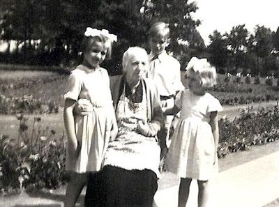 Anna met haar kleinkinderen Coby, Jos en Jetty in Kalmthout, zomer 1950.