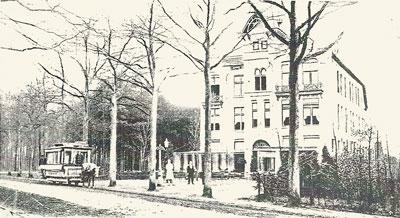 De paardentram voor hotel Mastbosch bij Ginneken in 1897. Het eerste baantje van Poliet is conducteur op deze paardentram.