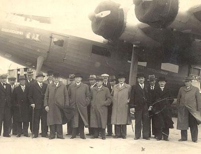 Poliet maakt een rondvlucht boven Schiphol met de in 1935 gebouwde Fokker XXII Roerdomp. Hij staat vierde van rechts.