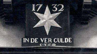De winkel is gevestigd in een pand uit 1732 met de naam 'In de vergulde ster'. De ster is van bladgoud.