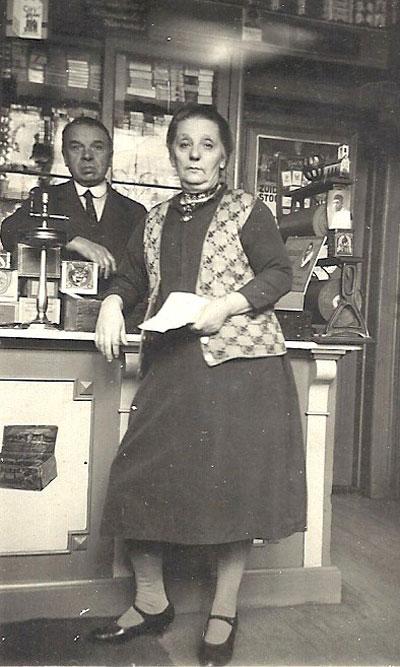 Anna en Poliet in de winkel, juni 1934. Rechts op de papierstandaard een foto van Frits.