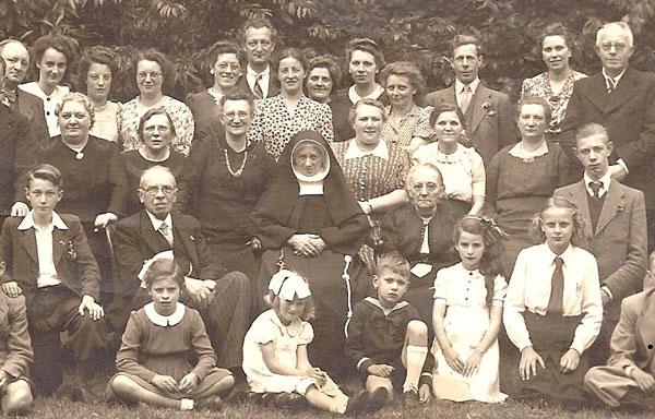 Op 15 augustus 1946 viert zuster Raymonda (Melanie Weijermans) haar 60-jarig kloosterfeest in Breda. De jubilaris zit tussen haar zus Anna Weijermans en diens man Poliet Neomagus. In het matrozenpakje op de voorgrond Jos, auteur van de genealogie Neomagus.