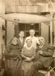 Emma in de jaren dertig op bezoek in het ouderlijk huis in Antwerpen. Naast haar de ouders, achter haar twee broers.