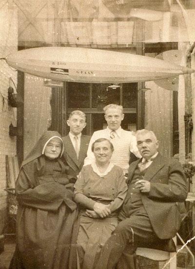 .Victor en Anna met Victors zus Emma (kloosterzuster in Oosterhout). De jongens zijn Cor (links) en Victor jr. Aan het plafond hangt een model van een zeppelin, in de jaren '30 een populair luchtvaartuig. De foto is genomen bij gelegenheid van een zeldzaam bezoek van Emma, vermoedelijk in 1935 of 1936