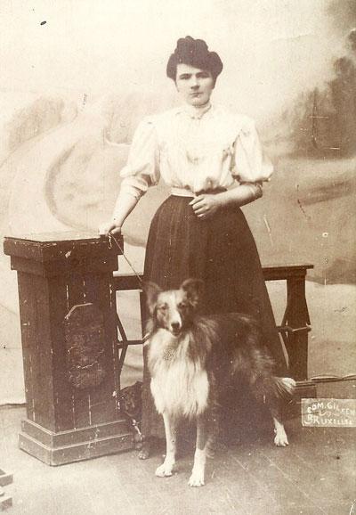 Emma Neomagus stuurt in 1907 aan een tante een in Brussel gemaakt portret met hond. Ze woont er van 1904 tot 1914.
