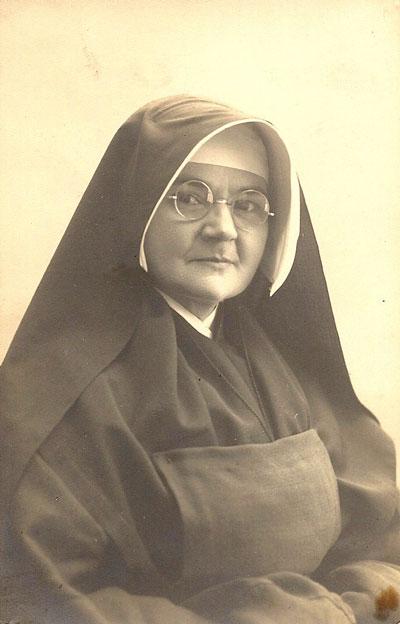 Na enkele teleurstellingen in de liefde treedt Emma bijna 46 jaar oud in november 1921 in Oosterhout in bij de Benedictinessen, ook wel de Franse nonnen. Van 1929 dateert dit portret van Soeur Germaine, zoals haar kloosternaam is.