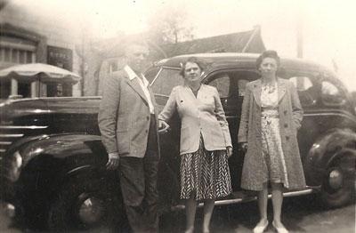 Jos van Ginderen en Leonie Neomagus; rechts Julia Neomagus, een nicht. De foto is vóór 1949 genomen, het jaar van het overlijden van Jos.