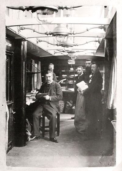 Bij gelegenheid van zijn afscheid in Zwolle, eind 1897, laat Bertus zich fotograferen in een postwagon.