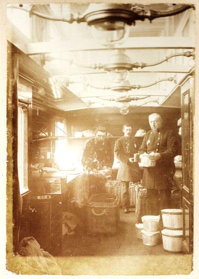 Nog een foto van Bertus' personeel in een postwagon.