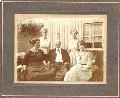 Het gezin op 14 juli 1920 in Rotterdam. Van links naar rechts Daatje, Loes, Bertus, Mien en Jo.