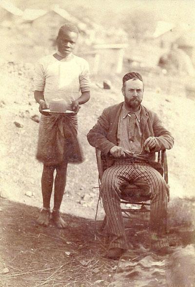 Karel Neomagus in 1895 gefotografeerd in Transvaal. Hij werkt er van 1891 tot 1896 voor de NZASM, de Nederlandsche Zuid-Afrikaanse Spoorweg Maatschappij en brengt deze foto mee naar huis. In 1897 keert hij terug en gaat, onder het pseudoniem J.J.H.K. Nieuwmegen, weer voor de NZASM werken. In 1899 breekt de Tweede Boerenoorlog uit. In september 1900 worden de treinen stilgezet. Van Karel Neomagus is niets meer vernomen.