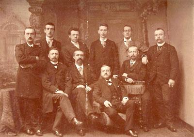 Vanaf 31 augustus 1897 is Frans in Den Haag gevestigd. Dit is een foto van de Haagse drogisten. Frans zit vooraan op een lage stoel.