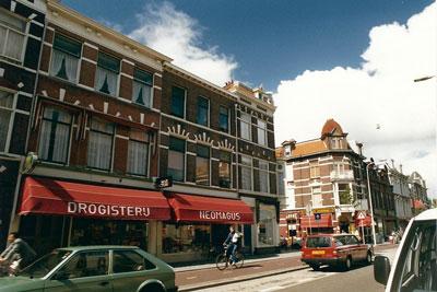 Van 1897 tot 1996, bijna een eeuw, is drogisterij Neomagus gevestigd aan de Weimarstraat in Den Haag. Na Frans' overlijden in 1915 nemen de achtereenvolgende drogisten de naam Neomagus over. Deze foto is genomen in de zomer van 1990.