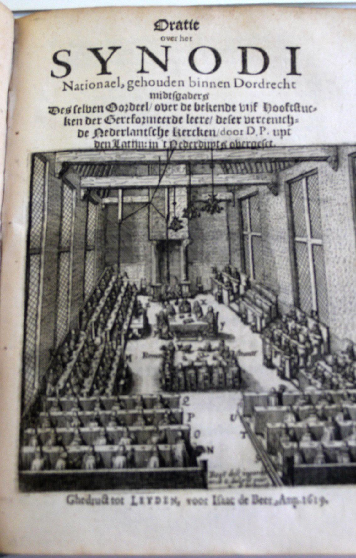 Afbeelding van de vergaderzaal van de Synode van Dordrecht in 1618 en 1619. De synode veroordeelt de remonstrantse leer die ruimer is dan de leerregels die de synode voor staat. Arnold Neomagus is een remonstrants predikant.