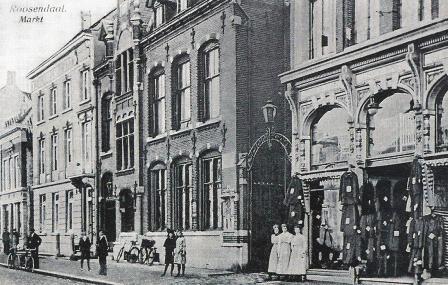 Ansichtkaart uit 1910 met in het midden het postkantoor (het pand bestaat nog), waar Bertus van 1914 tot 1916 directeur is. Het pand rechts is nu het gemeentearchief van Roosendaal.