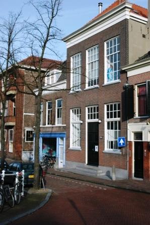 Het pand aan de Koornmarkt in Delft waarin apotheek Neomagus in de 18de eeuw is gevestigd.