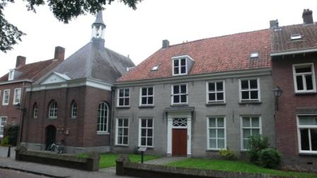 Het protestantse Lodewijkskerkje van Hilvarenbeek met pastorie.