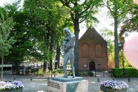 Hervormd kerkje in Zundert met een beeld van schilder Vincent van Gogh, gemaakt door Zadkine.