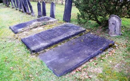 .Op de algemene begraafplaats van Ruurlo liggen de sterk verweerde grafstenen van moeder Jo Abbing-Neomagus en haar kinderen Carel Abbing en Elisabeth Abbing