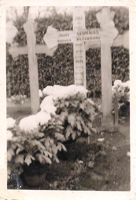 Eenvoudige kruisen op het graf van Poliet en Anna in Kalmthout. De graven zijn lang geleden geruimd.