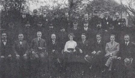 Een helaas slechte foto van het personeel van de post in Oosterhout omstreeks 1920. Op de middelste rij staat derde van rechts, met snor, Poliet Neomagus (rechts naast hem - op de foto links - een man in wit overhemd). De vrouw is Alberdiena Belgraver, telefoniste, dochter van de directeur links naast haar.