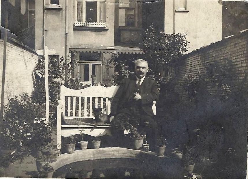 Victor in de tuin van zijn woning in de Stanislas Leclefstraat.