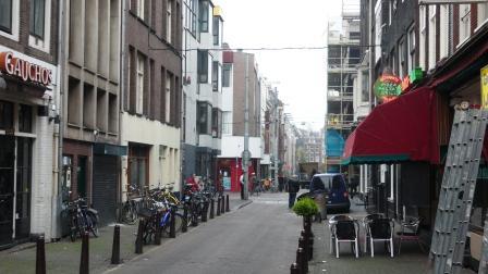 Ex-notaris Johan Neomagus woont in 1919 in de Lange Leidschedwarsstraat 74 in Amsterdam. Dat is het pand rechts op de foto.