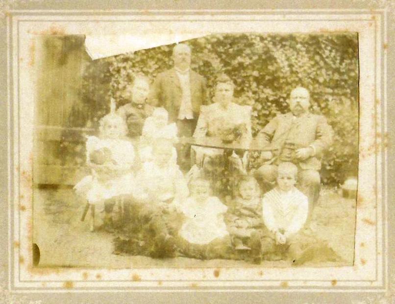 De gezinnen van Bertus en Johan. Van links naar rechts Daatje, Johan, Heiltje en Bertus. Daatje heeft twee kinderen op schoot (Loes is nog niet geboren). Op de voorgrond de vier kinderen van Johan en Heiltje: Bertus, Jo, Gerda en Cor.