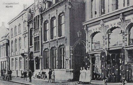 Ansichtkaart uit 1910 met in het midden het postkantoor (het pand bestaat nog),waar Bertus van 1914 tot 1916 directeur is. Het pand rechts is nu het gemeentearchief van Roosendaal.