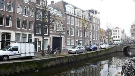 Drogist Neomagus is aanvankelijk gevestigd aan de Blauwburgwal 23 in Amsterdam. Het pand is in de jaren '30 opgegaan in de nieuwbouw van een handelsonderneming in koffie, achteraan links.