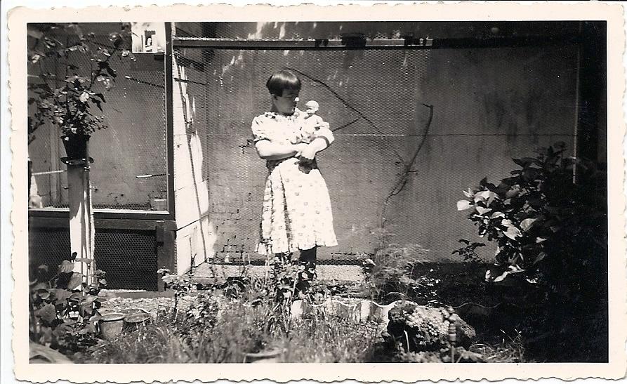 Liesje bij de volière van haar vader Poliet, achter het huis op de Markt.
