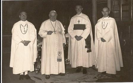 Frits (helemaal rechts) op bezoek bij paus Joannes XXIII (tweede van links). Frits stuurt deze foto in januari 1964 als briefkaart vanuit Mours naar Miet van Riel, die in het klooster van de Ursulinen in Kerkrade woont.