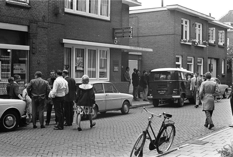 Het huis van de familie Neomagus, waarvan de begane grond is verhuurd aan een bank. Op de ANP-foto de belangstellenden na een bankoverval op 1 september 1966.