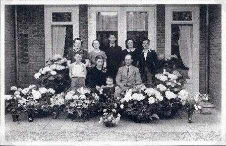 In de zomer van 1945 viert Cor zijn zilveren jubileum als veearts. Op de foto de jubilaris met zijn vrouw Gerda en hun zoontje Gerrit. Achter hen de zes kinderen uit het eerste huwelijk van Cor. Hij overlijdt in hetzelfde jaar, op 4 oktober.