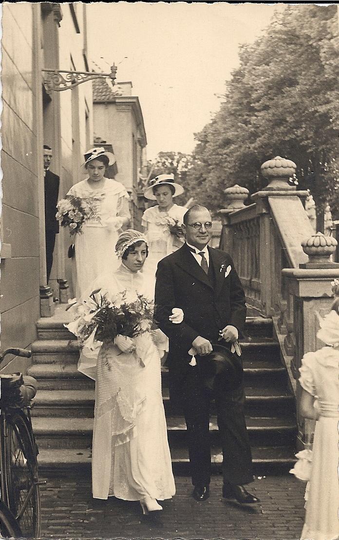 Het bruidspaar Neomagus-De Jong met bruidsmeisjes bij het stadhuis op de Heuvel in Oosterhout.