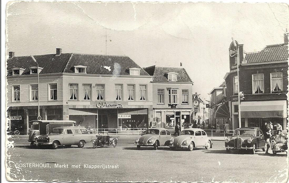 De Markt in de jaren '70. De trapgevel naast de sigarenzaak is gesloopt ten gunste van de uitbreiding van de manufacturenzaak Bloemen.