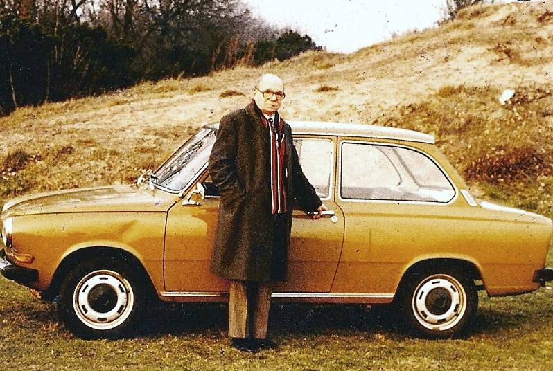 Na de oorlog heeft Victor geen auto meer. Hij laat wel steeds zijn rijbewijs verlengen en komt in 1976 met een Dafje voorrijden. Tot 1991 rijdt hij vijf tweedehands Dafjes. Op de foto uit 1981 zien we hem met zijn derde Daf 44, bouwjaar 1973, kenteken 78-74-XE.