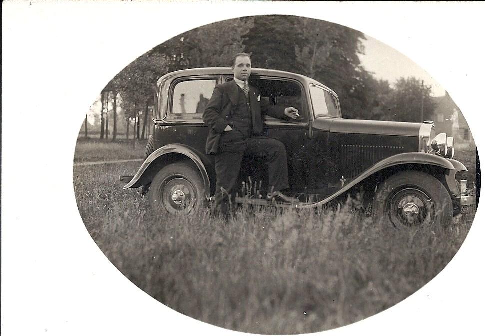 In het voorjaar van 1933 koopt de familie een Opel Olympia. Zoon Victor kan nu naar bedrijven om sigaren te verkopen. Het nummerbord is N-34664.